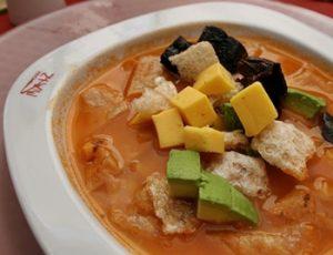 Sopa azteca con queso cotija y chicharrón